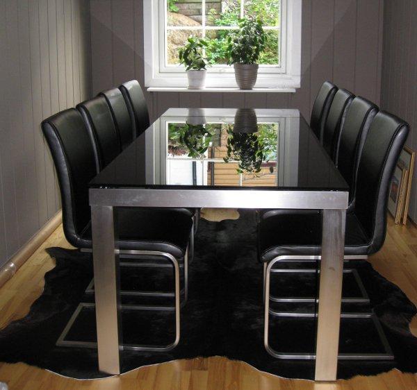 Spisebord og stoler er montert og satt på plass