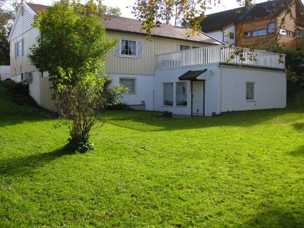 Huset vårt i høstsol