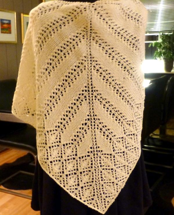 Full lengde med sjal over ryggen