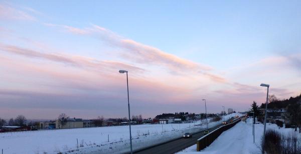 Enda kjentere omgivelser, den gamle barneskolen på Åsvang i ny drakt bortenfor jordet