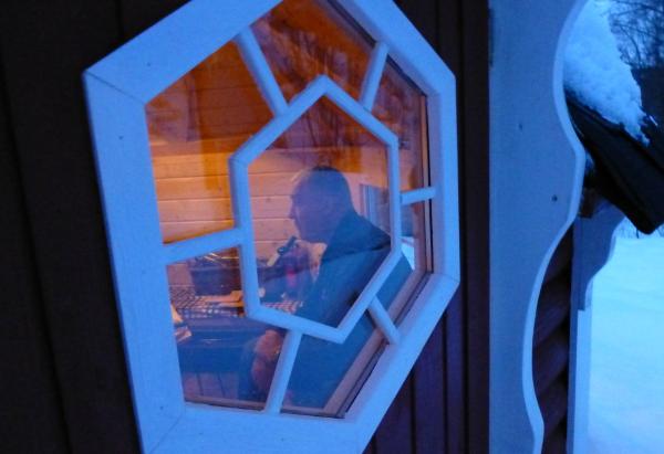 Bestefar byggmester innenfor døra i det koselige grillhuset