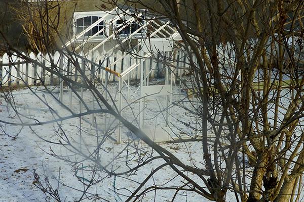 Rammen til drivhuset venter på grunnarbeidet – men det kom jo snø ...