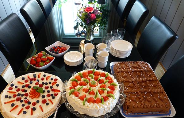 Blomster, bær og kaker i store mengder