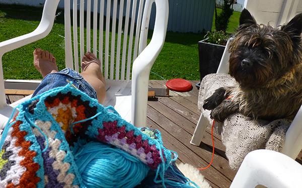 Tid til hekling i solkroken sammen med Lukas