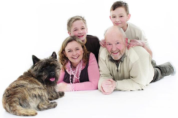 Jeg smiler sammen med familien min