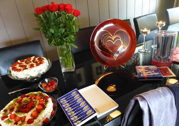 Feiende flott med kaker, blomster og gaver!