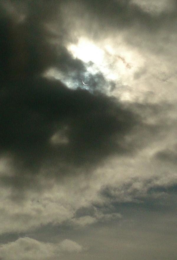 solformorkelse-og-skyer