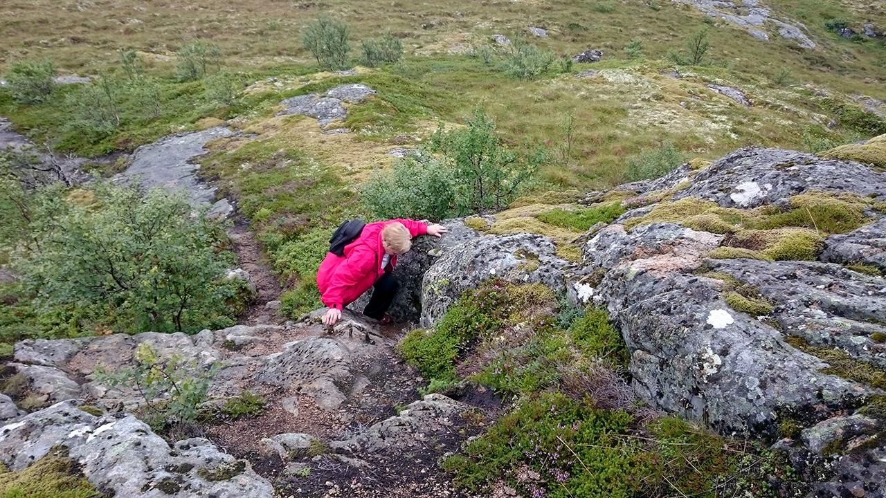 bestemor-klatrer-dunafjellet