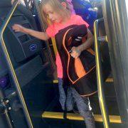 Ida tar skolebussen